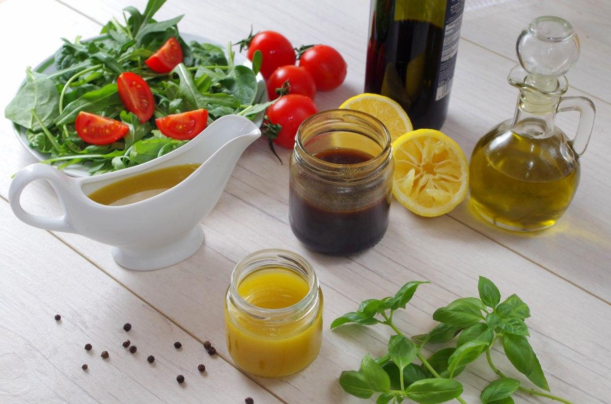 Poznaj najprostsze przepisy na 2 uniwersalne sosy do sałatek.